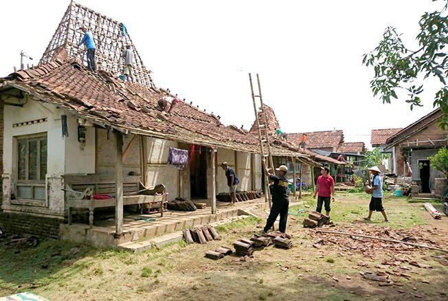 KERJA BAKTI: Sejumlah warga di Desa Temulus tengah gotong royong membenahi atap rumah salah satu warga yang dihantam puting beliung.