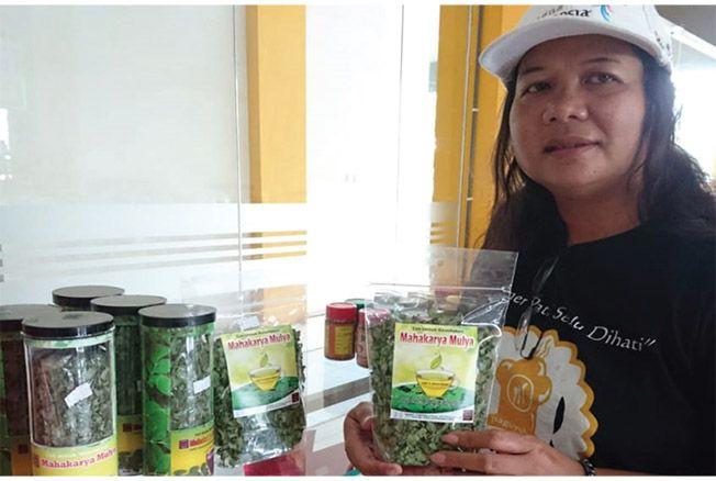 PRODUK LOKAL BERKHASIAT: Salah satu produk olahan tanaman kelor milik Muryati yang laris di pasaran. Produk ini dijual di Plaza Pragolo.