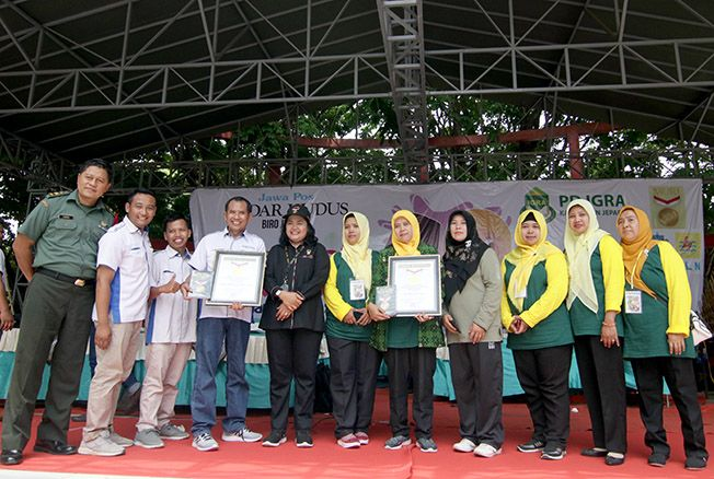 REKOR MURI: Senior Manager Muri Sri Widiyanti menyerahkan piagam muri kepada Jawa Pos Radar Kudus dan IGRA.