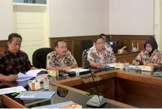 DIBERI PEMBINAAN: Tim GAKY Pati melakukan pembinaan kepada IKM garam ber SNI yang tidak memenuhi syarat.