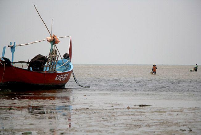 PULANG MELAUT: Seorang nelayan Kaliori pulang melaut di pantai Wates, Kaliori yang kondisi airnya cukup keruh kemarin.