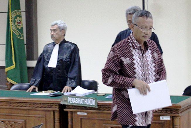 MENYESAL: Akhmad Shofian saat menjalani sidang putusan dalam sidang di Pengadilan Tipikor Semarang kemarin.