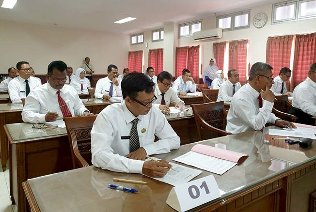 CERMATI SOAL: Puluhan peserta seleksi uji kompetensi JPT Pratama Pati mengikuti tes di Undip Semarang kemarin.