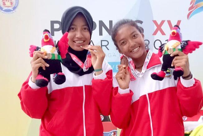 POSE BARENG: Pasangan voli pantai putri Kudus yang mewakili Jawa Tengah, Novana dan Salsabila di ajang Pekan Olahraga Pelajar Nasional (Popnas) 2019 berpose bersama pelatih baru-baru ini.
