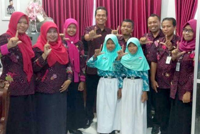 SALAM LITERASI: Kepala Dinas Pendidikan Amin Hidayat bersama Kepala SD N Menduran Imam Supriyadi dengan jajaran guru dan siswa menyerahkan buku kumpulan puisi kemarin.