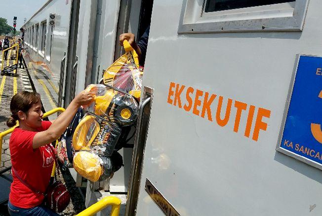 ANTUSIAS: Sejumlah penumpang menaiki kereta Sancaka Utara dari Stasiun Gambringan, kemarin.