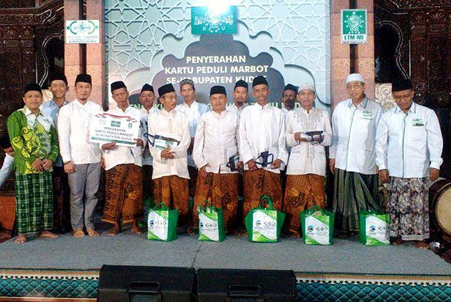 KARTU PEDULI MARBUT: Plt Bupati Kudus foto bersama usai menyerahkan kartu peduli marbut masjid.