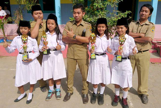 BERPRESTASI: Anak-anak SD Negeri Plosokerep saat menerima piala dalam kegiatan perlombaan.