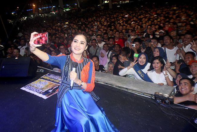HIBUR PENONTON: Nella Kharisma tampil memukau dengan menggoyang ribuan penonton di Alun-alun Jepara Minggu (1/12) malam.