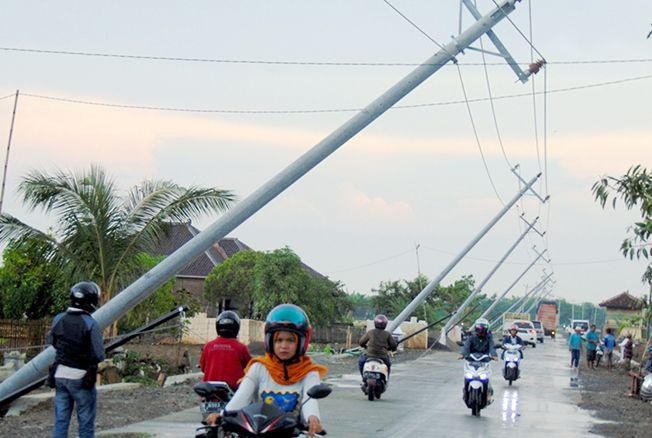 AMBYAR: Tiang listrik di jalan Pati-Jakenan, Desa Tondmulyo, Kecamatan Jakenan roboh terkena angin puting beliung kemarin siang.