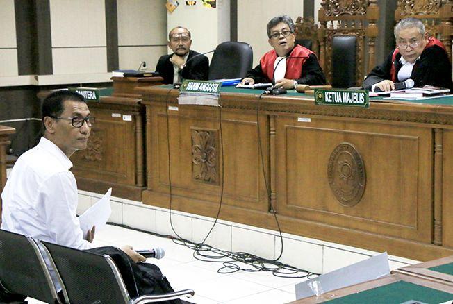 DENGARKAN PENASIHAT HAKIM: Bupati Kudus nonaktif Muhammad Tamzil menjalani sidang perdananya di Pengadilan Tipikor Semarang kemarin.