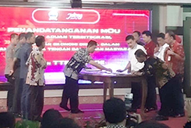 BERI KEJUTAN: Bupati Pati Haryanto saat menandatangani memorandum of understanding (MoU) dengan Pemerintah Provinsi (Pemprov) Jateng sebelum mendapatkan menerima penghargaan kemarin.
