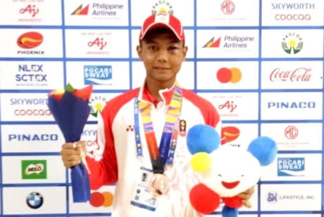 MEMBANGGAKAN: Irvan Aji Maulana Putra bersama medali perunggu yang diraih di Cabor Muaythai SEA Games 2019.