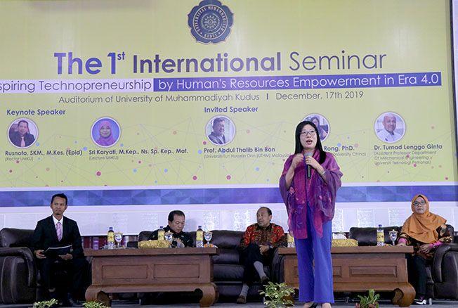 GO INTERNATIONAL: Prof. Hu Rong, Ph.D. dari Fujian Medical University China menyampaikan materi di UMKU. Hari ini, akan menjadi pembicara di konferensi internasional yang diadakan UMKU bekerja sama dengan beberapa universitas dari Malaysia dan Tiongkok.
