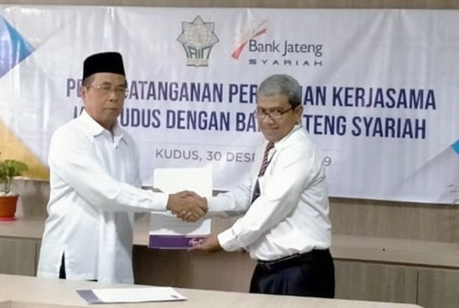 KERJA SAMA: Rektor IAIN Kudus DR. H Mudzakir, M.Ag dan Pimpinan Cabang BPD Jateng Syariah Singgih Fatkhurrahim melakukan tanda tangan nota kesepahaman (MoU) di kampus setempat kemarin.