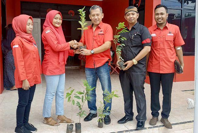 BAKSOS: Sekretaris DPC PDI Perjuangan Jepara Junarso membagikan bibit tanaman.