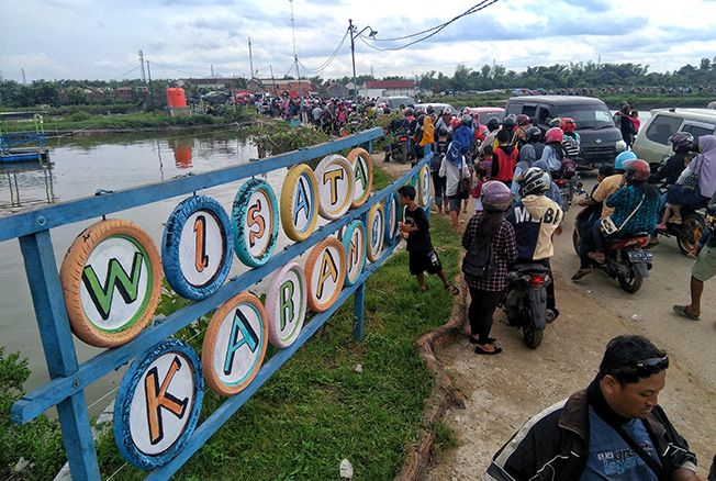 MENGULAR: Wisatawan memadati jalan menuju Pantai Karang Jahe, Desa Punjulharjo, Rembang, kemarin.