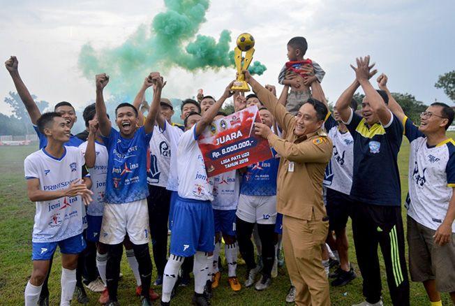 SEMAKIN SOLID: Para pemain Rajawali Muda FC merayakan pesta juara usai mengarungi kompetisi Liga Pati U-22 belum lama ini. Wakil Bupati Pati Saiful Arifin juga hadir di acara itu.