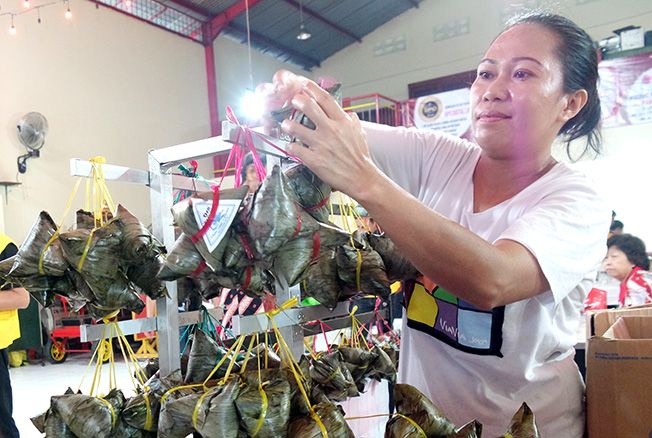LARIS: Salah satu warga asal Surabaya menjual kue bakcang saat perayaan Bwe Gee di Klenteng Hok Hien Bio Kudus kemarin.