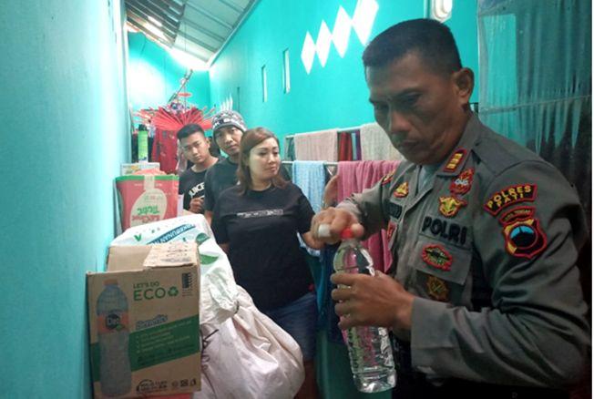 DIGEREBEK: Satgas Kebo Landoh Polres Pati menggerebek distributor miras rumahan di tiga lokasi di Kecamatan Tayu kemarin.