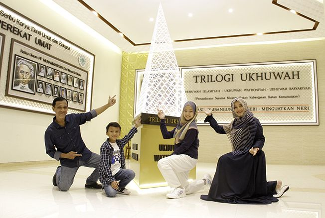 SERU: CEO Mubarokfood H.Muhammad Hilmy beserta istri Hj. Nujumullaily dan kedua anaknya foto bersama di ruang Ukhuwah Trilogi kemarin.