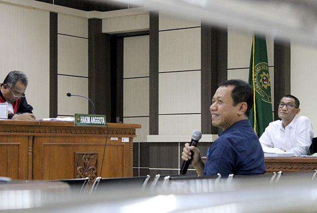 MERINGANKAN: Sam'ani Intakoris jalani sidang pemeriksaan saksi di Pengadilan Tipikor Semarang kemarin.