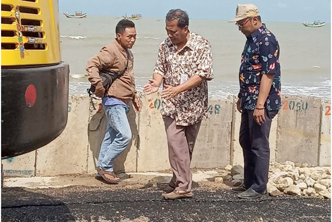DICEK LANGSUNG: Kepala DPUTaru, Kabupaten Rembang, Sugiarto terjun lapangan meninjau kerusakan jalan alternatif lingkar Sarang, kemarin (14/1).