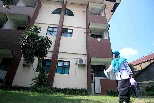 DIKOSONGKAN: Gedung Dahlia RSUD dr Loekmonohadi Kudus miring. Gedung itu ambles diduga lantaran tanah pondasi ambles.