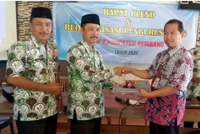 TETAP SOLID: Ketua MKKS lama, Nur Hasan melakukan serah terima jabatan dengan kepada ketua yang baru Sutrisno, akhir pekan lalu.