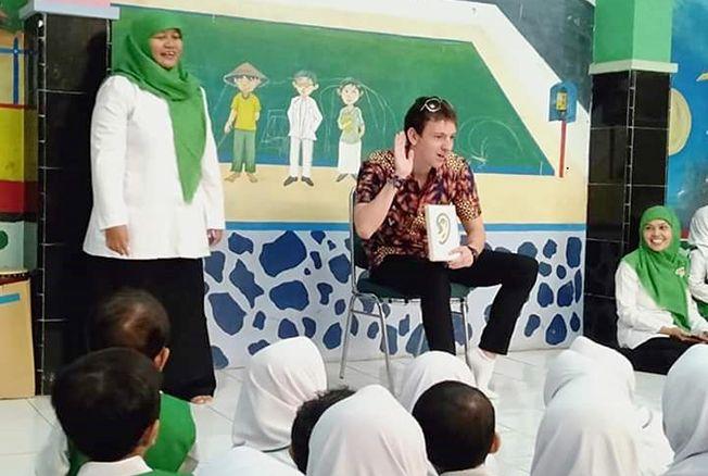 GURU BULE: Siswa RA NU Banat belajar bahasa Inggris langsung dengan guru dari luar negeri.