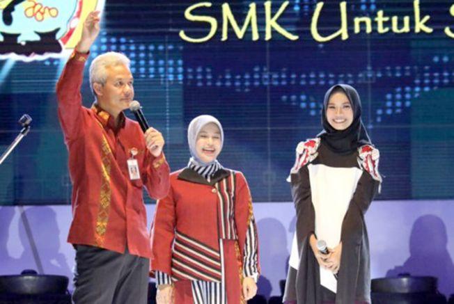 MODIS: Gubernur Jawa Tengah Ganjar Pranowo dan istri Atikoh Ganjar mengenakan busana rancangan siswi SMK NU Banat.