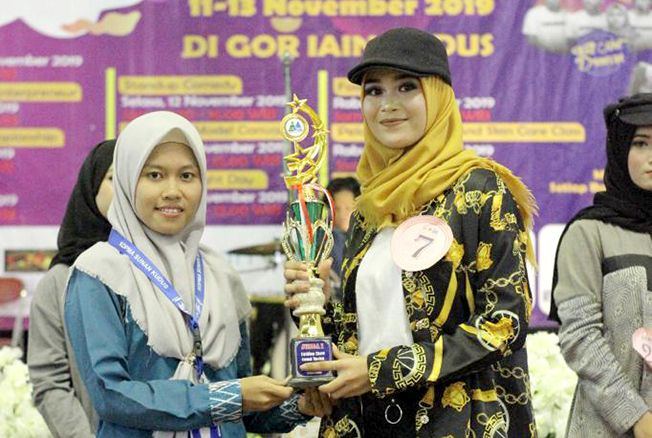 BIBIT DESAINER: Mahasiswi Akademi Komunitas NU Banat (Aknuba) meraih juara I pada Lomba Fashion Show di IAIN Kudus.