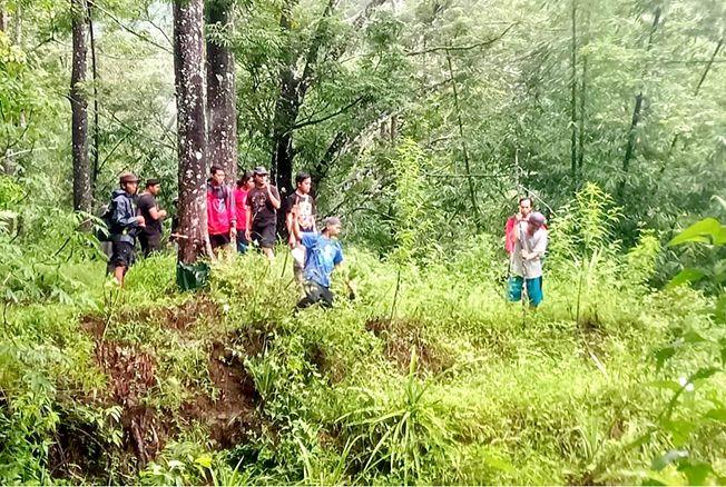 PENGHIJAUAN: Aksi tanam pohon beringin dan jenis tanaman lain oleh pencinta alam Jepara di Batealit baru-baru ini.