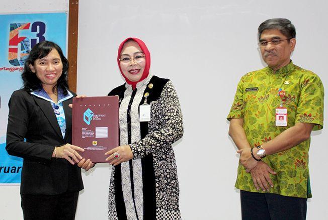 LAYAK DIGUNAKAN: Bupati Sri Sumarni menyerahkan sertifikat laik fungsi empat gedung kepada Direktur RS Panti Rahayu Yakkum Purwodadi Dr Trisiswiyati.