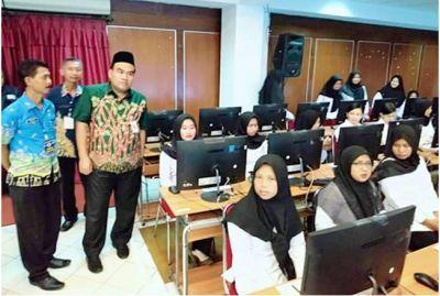DIPERIKSA KETAT: Wakil Bupati Blora Arief Rohman mengecek peserta tes CPNS Blora pada Rabu (12/2) lalu.