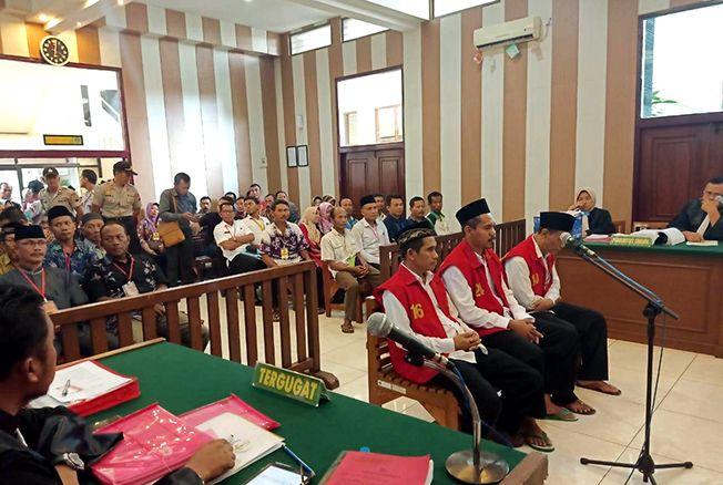 DIMINTA KETERANGAN: Terdakwa kasus PTSL memasuki sidang kedua di PN Pati.