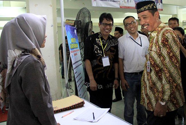 SAMBANG STAN: Bupati Rembang, Abdul Hafidz bersama rombongan pelaksanan job fair kerja inklusif saat tinjau stan kemarin.