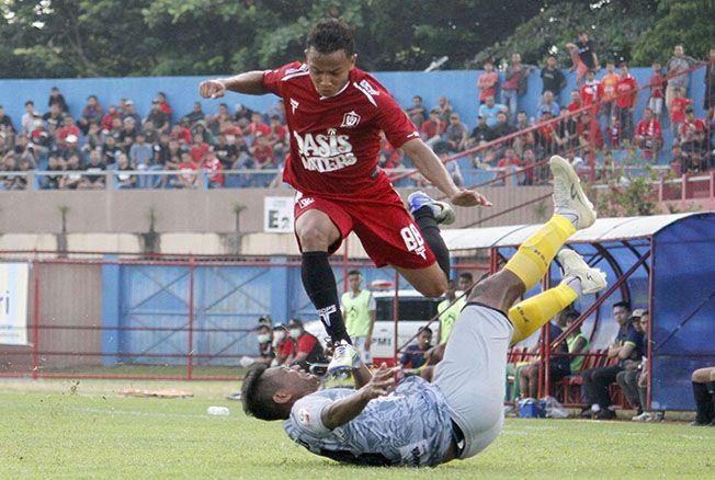 LOMPAT: Pemain Persijap Jepara Nurdian Syaputra Chaniago (merah nomor punggung 88) menghindari tekel penggawa PS Hizbul Wathan (abu-abu).