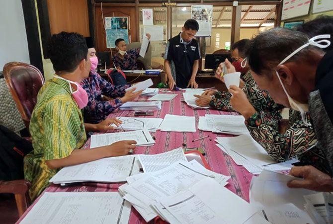 SEMRAWUT: Perangkat Desa Banjaran masih terus melakukan validasi penerima bantuan yang salah sasaran, Selasa (11/5) kemarin.