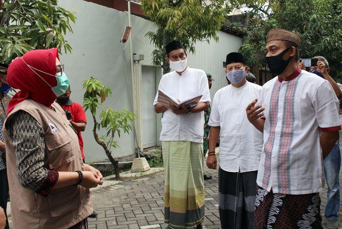 BERIKAN APRESIASI: Bupati Sri Sumarni meninjau masjid Darul Muttaqin dan warga perumahan Sambak Indah Kelurahan Danyang, Purwodadi, yang telah lakukan protokoler social distancing.