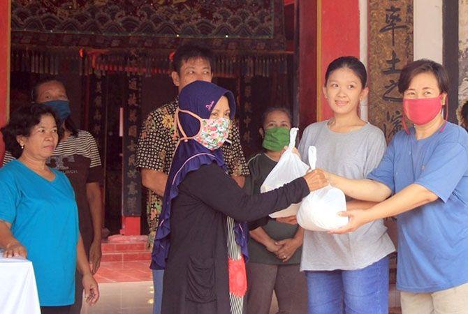 BEREMPATI: Masyarakat Tionghoa Lasem menyerahkan sembako bagi warga yang terdampak korona di klenteng di Kelenteng PO An Bio Lasem, kemarin.