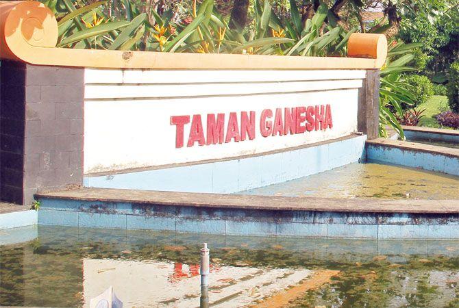 KERUH: Air kolam Taman Ganesha terlihat bewarna hijau kecokalatan.