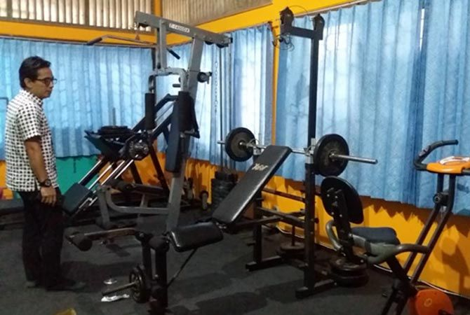SARPRAS: Ketua Koni Kudus Antoni Alfin mengecek peralatan fitness untuk para atlet di kantor setempat belum lama ini.