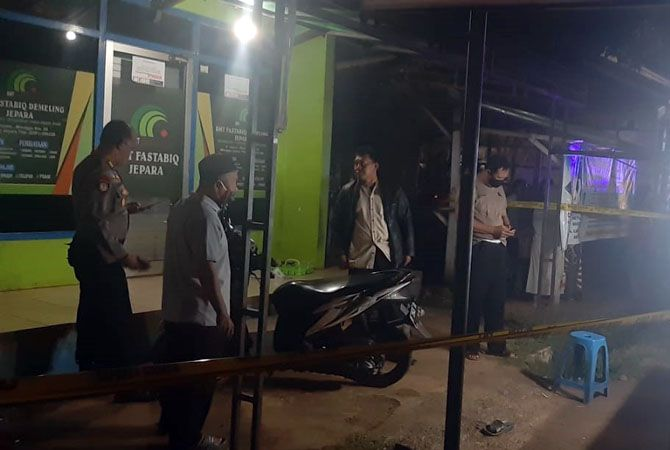 DILUKAI: Penjual roti bakar mengalami luka sobek di bagian kepalaMinggu (21/6) malam. Diduga dilukai orang tidak dikenal yang hendak melakukan pencurian.