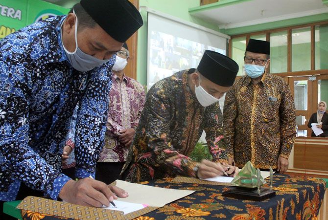 KOMITMEN: Ketua KSPPS BMT BUS Abdullah Yazid menandatangani kerja sama dengan pihak masjid Jami Lasem hingga sekolah Islam di Rembang kemarin.