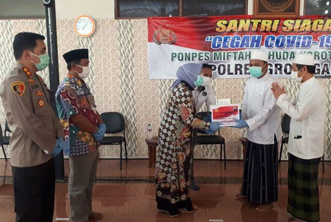 PAKET SEMBAKO: Bupati Sri Sumarni bersama Forkopinda menyerahkan bantuan kepada pengurus Ponpes Miftahul Huda, Desa Ngroto, Kecamatan Gubug kemarin.