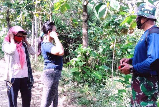 BERBAGI: Anggota Kodim 0717/Purwodadi membagikan masker di lokasi TMMD Reguler ke-108 di Desa Tambakselo Kecamatan Wirosari kemarin.