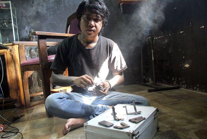 HANDMADE: Aditya Dwi Prabowo merangkai beberapa alat tato yang sudah tembus internasional kemarin.