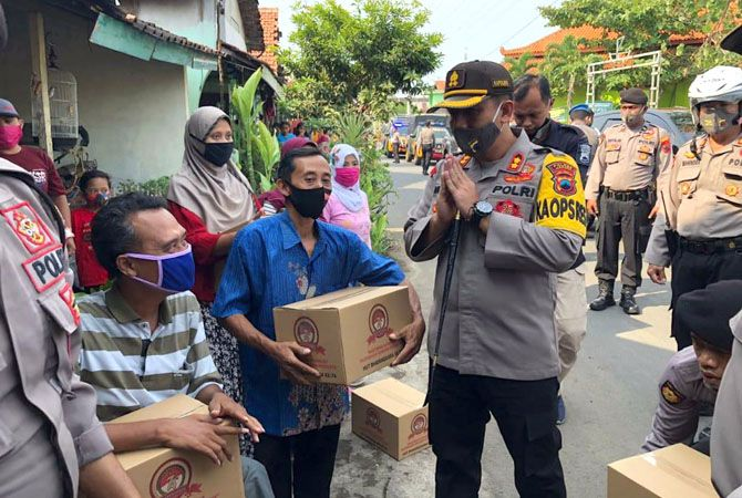PEDULI: Kapolres Jepara AKBP Nugroho Tri Nuryanto membagikan paket sembako kemarin.