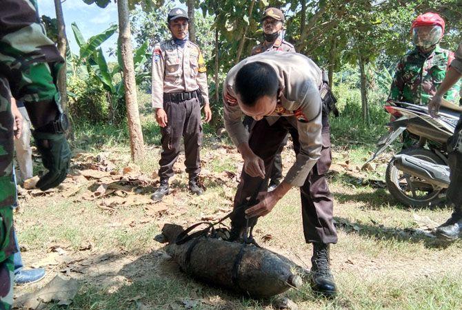 EVAKUASI: Tim Gegana Brimob Polda Jawa Tengah mengevakuasi bom yang diduga peninggalan Belanda pada perang dunia kedua kemarin.